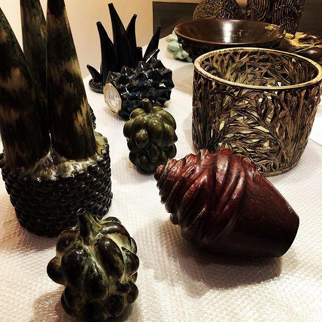 Monteringen av Axel Salto. Master of Stoneware er i gang! ?? Åpner lørdag 21.april og står til 21.oktober! . #skmu #axelsalto #tangensamlingen #claymuseum #sørlandetskunstmuseum #masterofstoneware