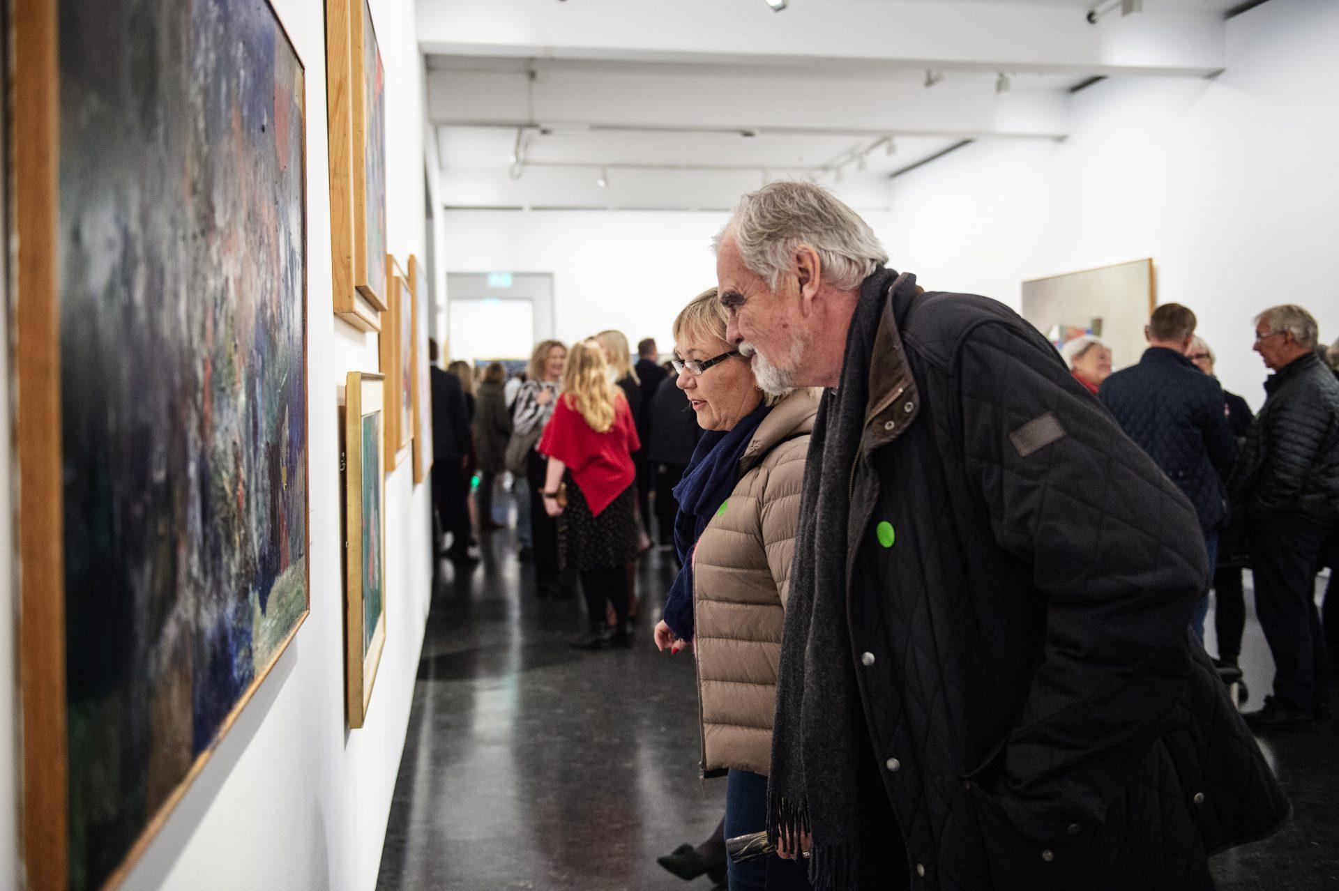 Besøkende på utstillingen Jakob Weidemann, vises på SKMU Sørlandets Kunstmuseum i 2018-2019.