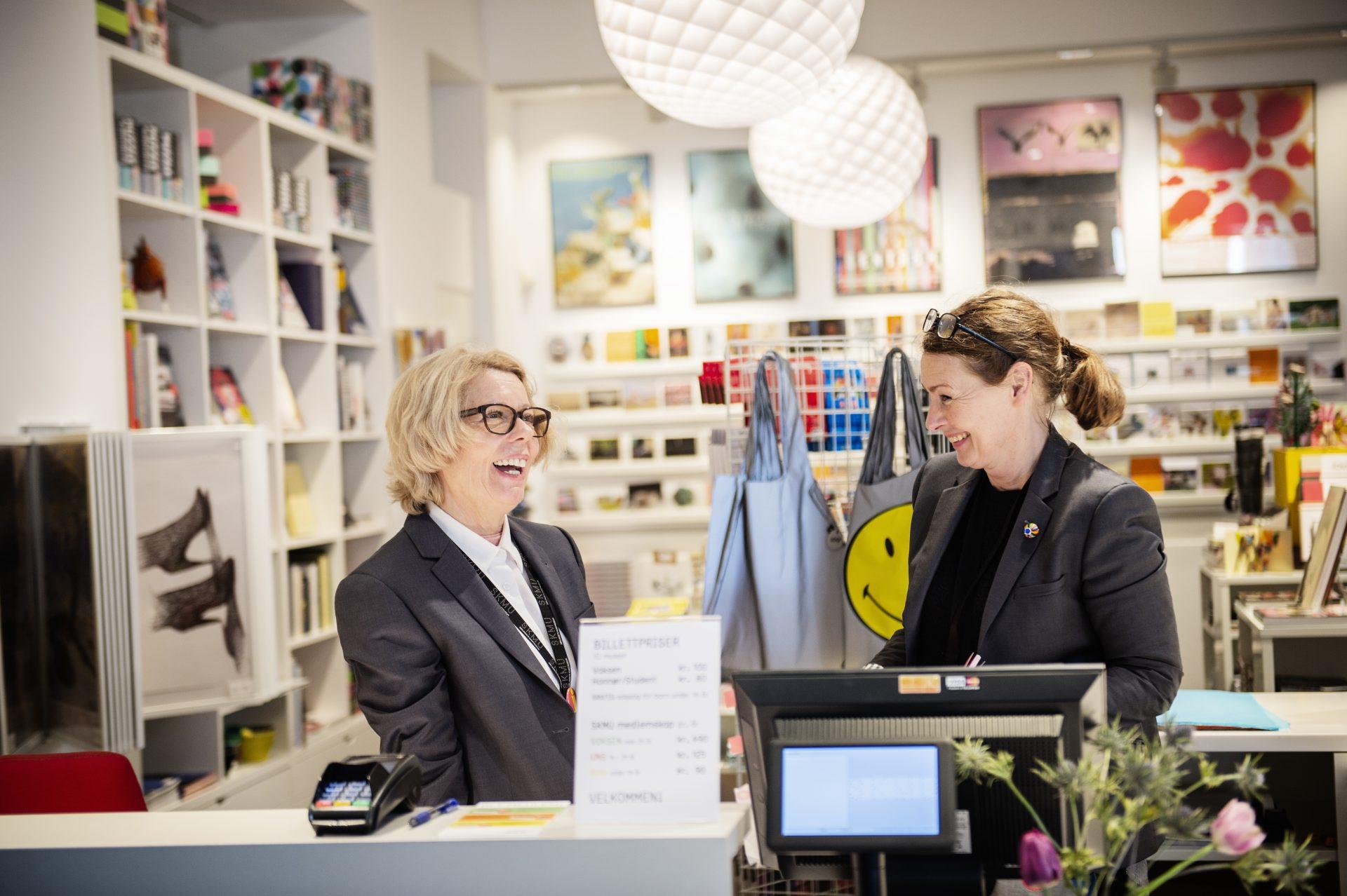 I skranken på Sørlandets Kunstmuseum møter du blant annet Fikrije og Hanne. Velkommen!