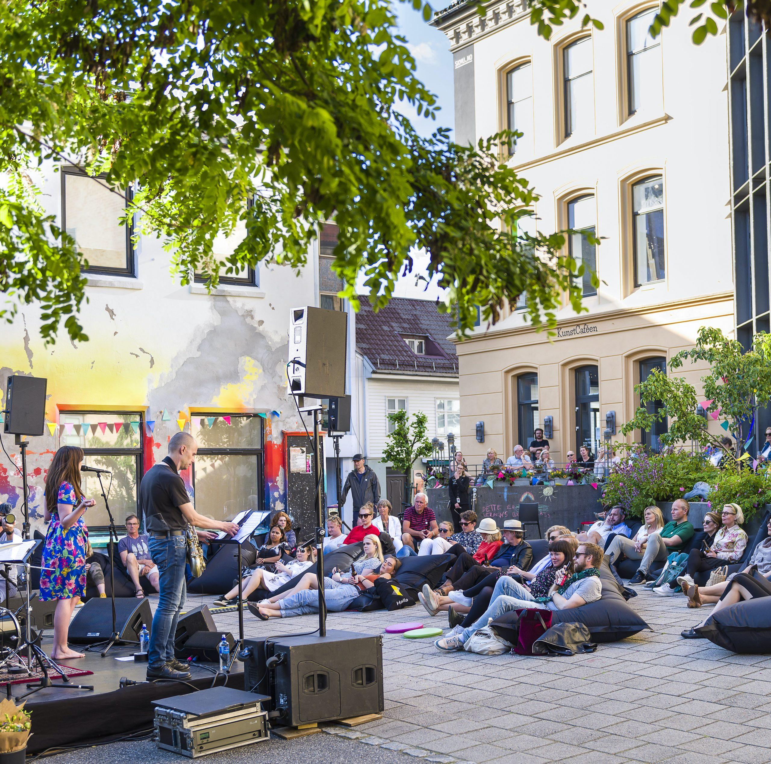 Konserter i bakgården på museum i sommer. Ferie 2020.