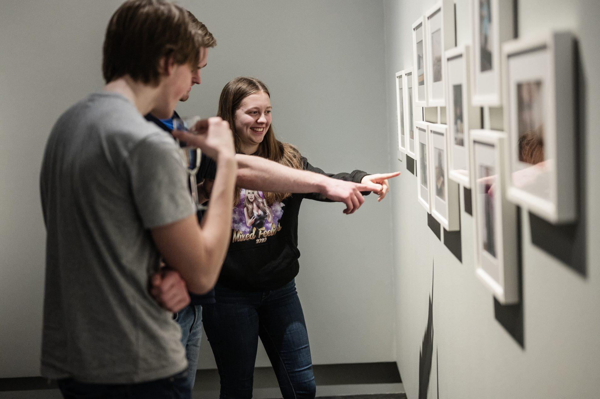 Bestill en guidet omvisning i en av våre utstillinger i sommer. Vårt museum har aktiviteter for barn, familier og voksne.