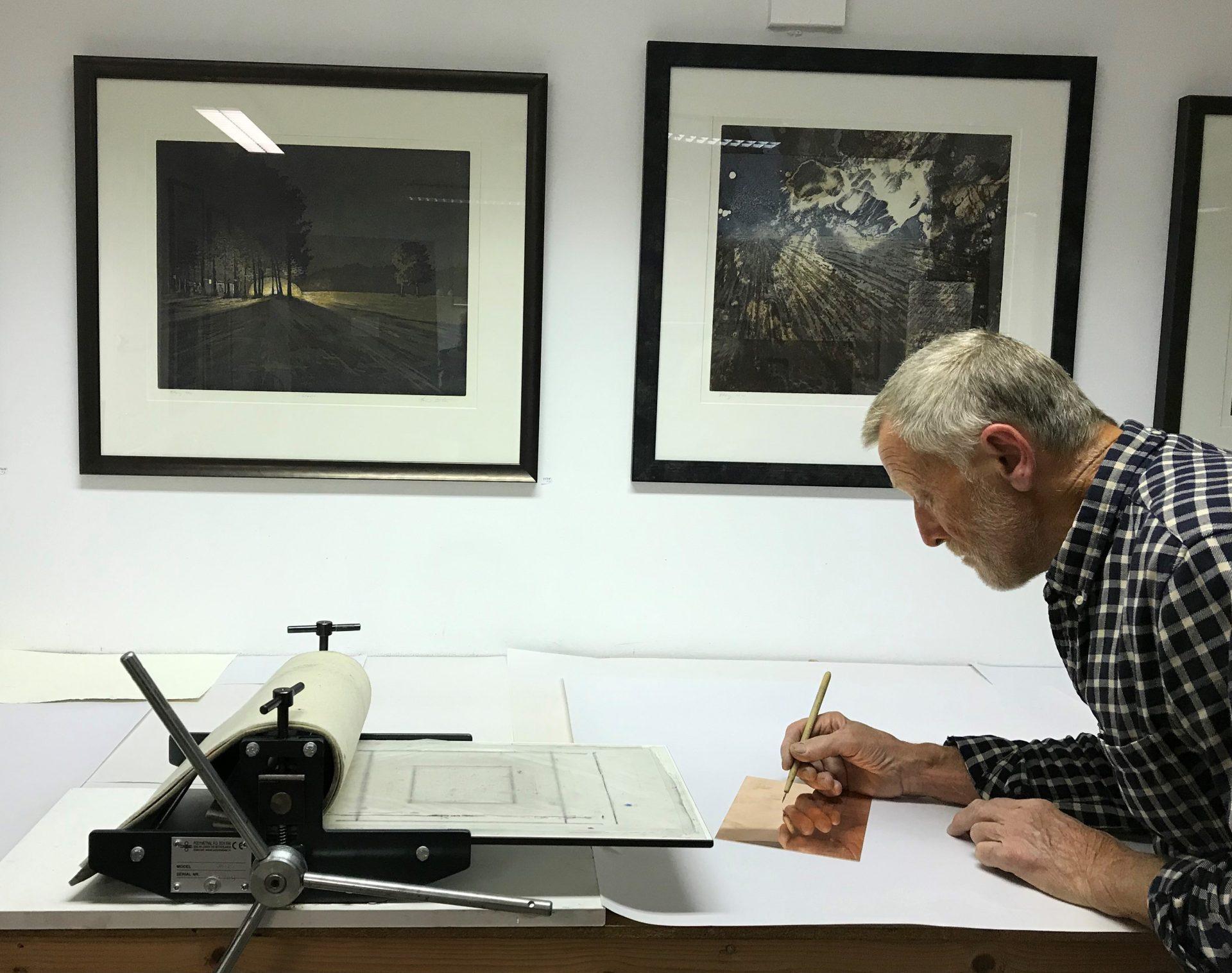Sørlandets Kunstmuseum har mange tilbud for seniorer. Velkommen til trykkeverksted med kunstner Hans Bentsen hvor vi får en innføring i koldnålsteknikk, en tradisjonsrik trykkemetode hvor man risser motivet inn i en kobberplate, påfører sverte og trykker i en presse.hvor vi lærer trykketeknikk med koldnål.