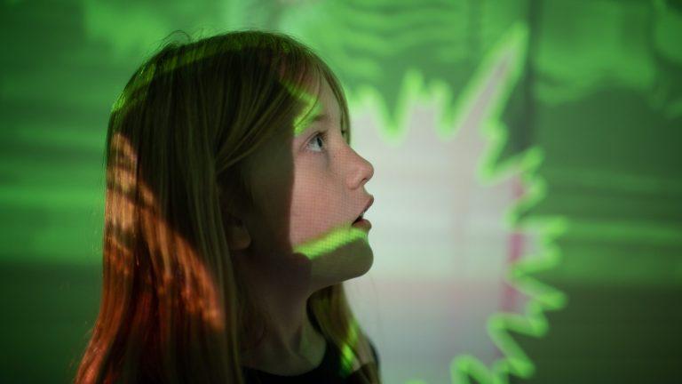 Microworld Kristiansand Sørlandets Kunstmuseum interaktiv famizlieutstilling. Kvalitetstid med familien! Ferietips for Norgesferie.